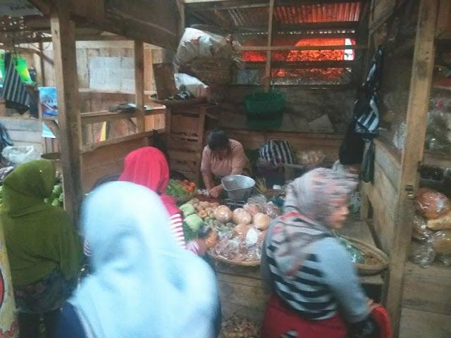 Ashuri 30 Tahun Berjualan Sayur di Pasar Induk Wonosobo