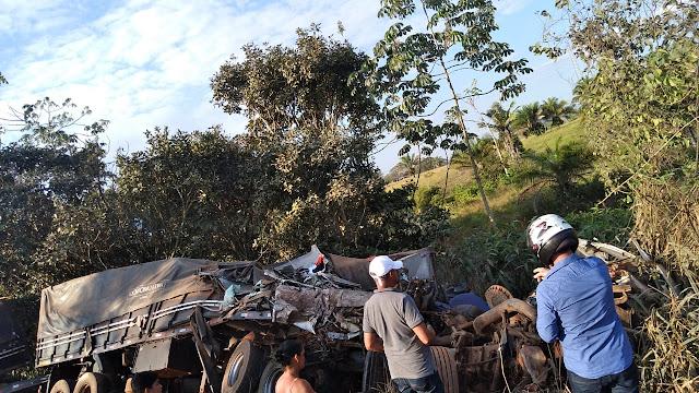 Carreta fica destruída após colisão na BR-364; rodovia foi interditada por mais de 3 horas