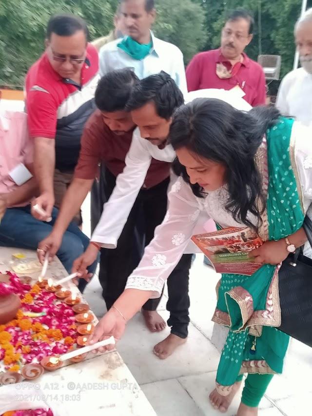 लखनऊ: स्वतंत्रता दिवस की पूर्व संध्या पर दीपदान कर शहीदों को श्रद्धासुमन अर्पित किया