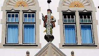 Figura de Steininger en la fachada del Ayuntamiento