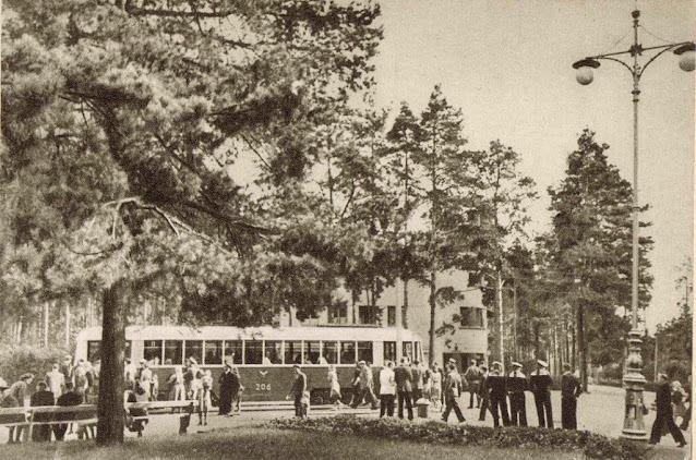 1950-е годы. Рига. Межапарк. На трамвайной остановке.