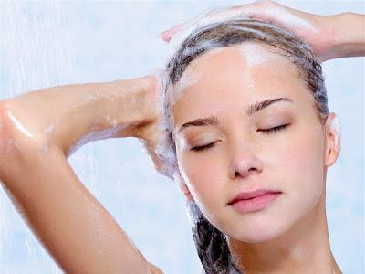 6 Kebiasaan Buruk Ketika Mencuci Rambut