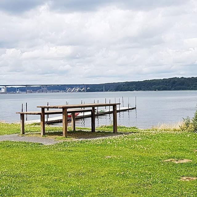 Drei geniale Rast- und Spielplätze auf der Fahrt in den Dänemark-Urlaub nahe der Autobahnen E45 und E20. Picknick-Tische auf der grünen Wiese mit Blick auf den Vejle Fjord: Hier ist die Rast ein Vergnügen!