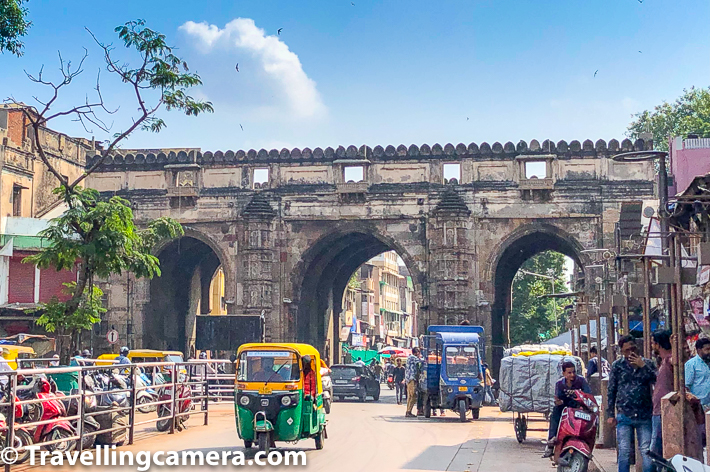 Next was the Teen Darwazah, which really is the gateway into what is the actual old Ahmedabad. The feel of the city on one side of teen darwazah is very different from the city on the other side. The construction itself is solid, tall and with the classic arches of the Mughal times. The darwazah was constructed in the year 1415 and in those times used to serve as the gateway to Bhadra fort. On one side of it was the city, and there was a courtyard with a fountain between the Bhadra fort and the darwazah. Today the old city is overflowing out into the courtyard, with streetmarkets taking over the footpath and shopekeepers using the stairways in the darwazah to store their goods for the night.