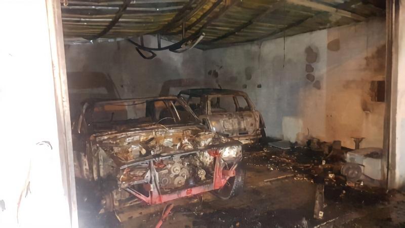Oto servisinde çıkan yangında 2 araç kül oldu