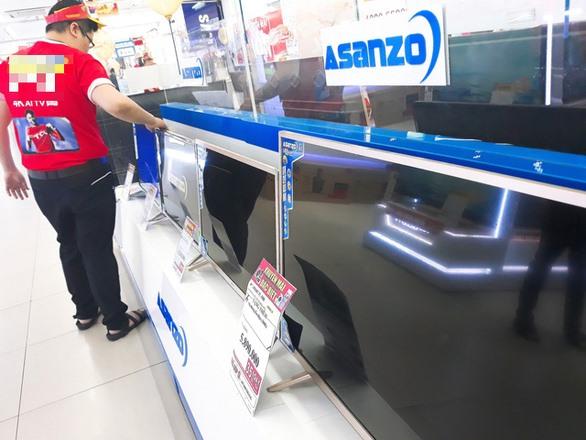 TV Asanzo được trưng bày trên kệ riêng có in logo hãng tại một siêu thị điện máy ở Q.10