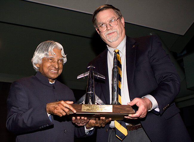 NSS Chairman Mark Hopkins presents Dr. Kalam with the NSS Von Braun award for leading India into space and for being a global leader in space development.