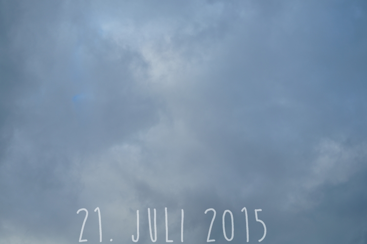 Blog + Fotografie by it's me! - wolkenverhangener Sommerhimmel am 21. Juli 2015