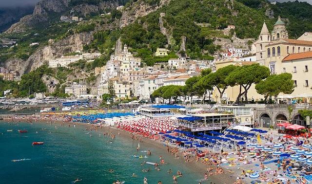 Praia de Amalfi no sul da Itália