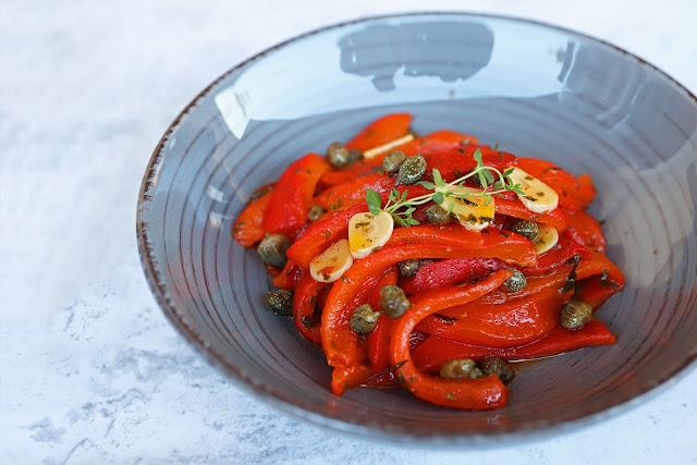 Συνταγή για Πικάντικες Ψητές Πιπεριές με Κάπαρη και Σκόρδο