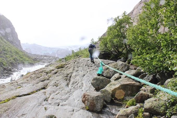 Avontuurlijke hike met bruggen en touwen naar de Noorse Bruerbreen gletsjer
