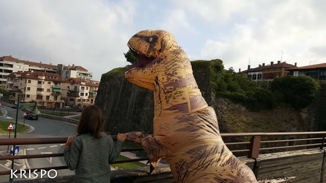 T-Rex con una niña en Hondarribia