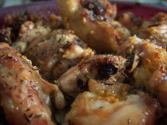 Pollo al ajillo con salsa y especias al horno
