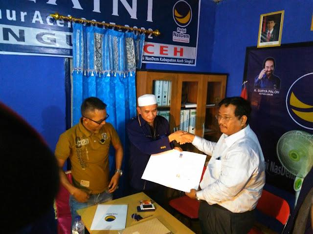 Nasdem Serahkan Surat Dukungan kepada Safriadi - Sariman