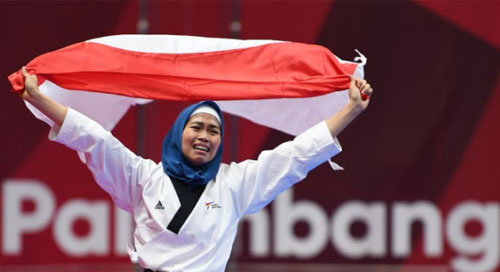 VICTORY LAP : Frst Gold medal came from Defia Rosmaniar (23 years old) from Bogor showed her best performance during fighting with the Iranian athletes on Taekwondo women's singles. Photo courtesy ASIAN GAMES OFFICIAL WEBSITE