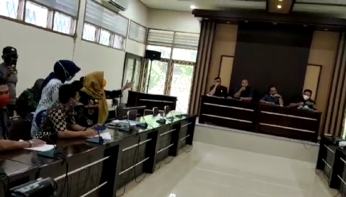 Puluhan warga Kelurahan Pincengpute, Kecamatan Tanatisolo, Kabupaten Wajo mendatangi Kantor DPRD Wajo, Jumat (26/06/2020).