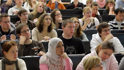 Dosen dan Mahasiswa Berfisolofi
