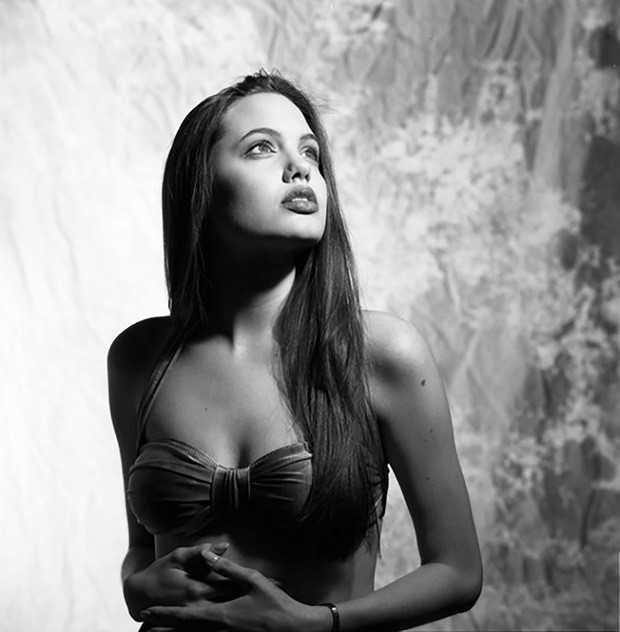 Bộ ảnh áo tắm năm 16 tuổi của Angelina Jolie gây chú ý