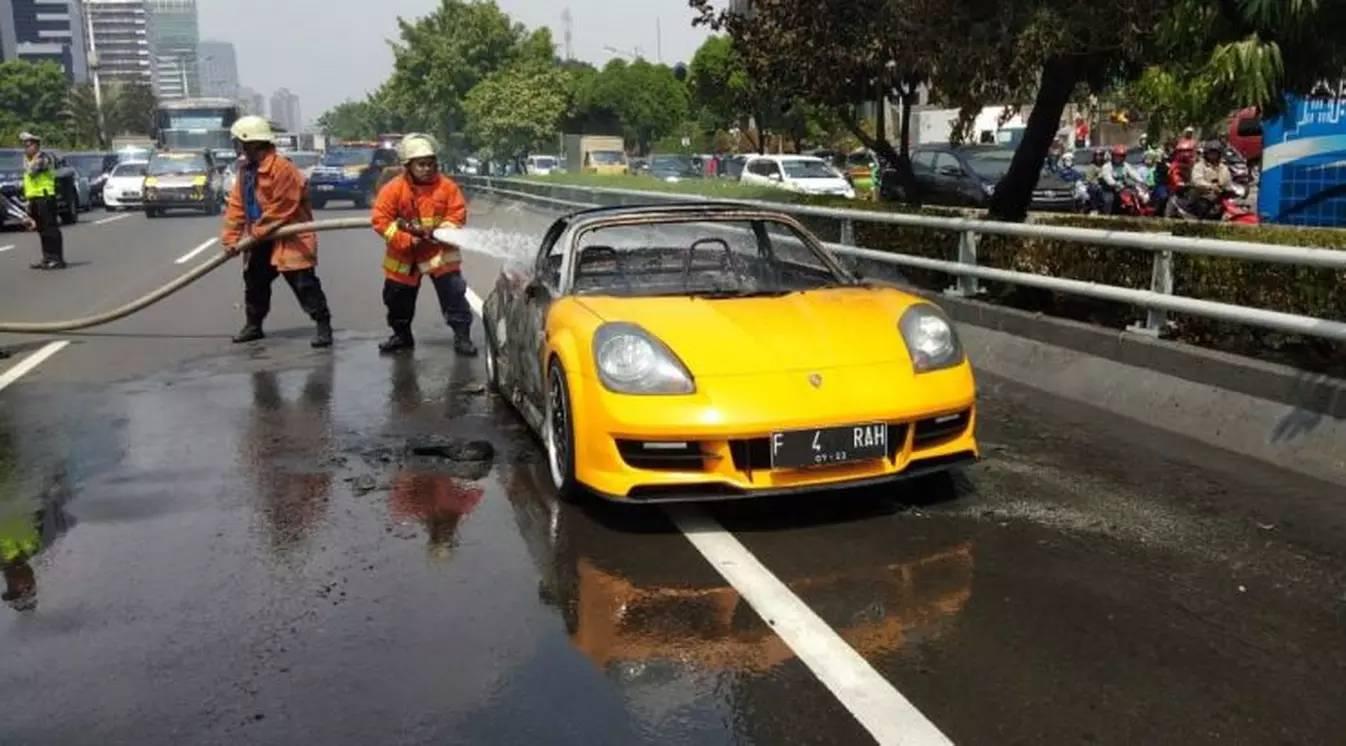 Toyota MR 2 Spyder Berlogo Porsche Terbakar Di Tol Slipi, Apa Penyebabnya?