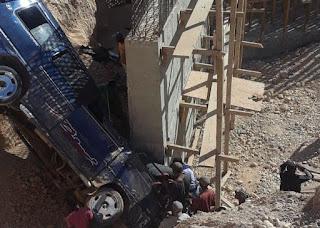 Nueve  personas resultan heridas al caer vehículo en puente en construcción carretera Cabral- Polo
