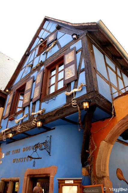 Edificio che ospita la vineria Au Tire bouchon.