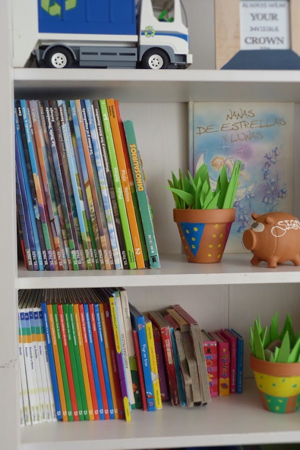 estantería con libros, juguetes y cajas