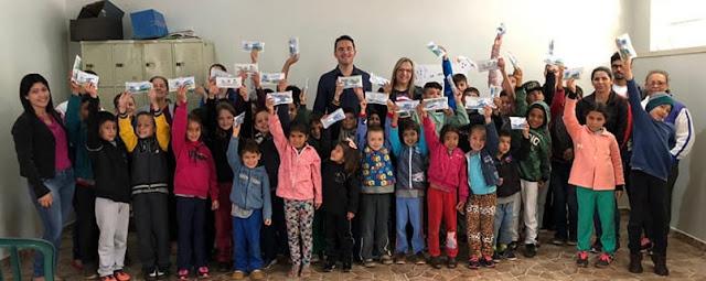 Nova Tebas: Prefeitura entrega kits de saúde bucal para alunos da rede municipal