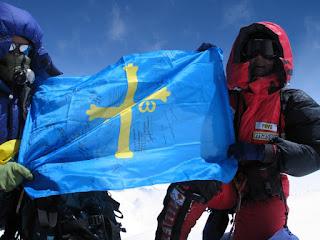 La alpinista Rosa Fernández con la bandera de asturias en la cima del Everest