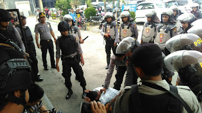 "Dua Orang Pembawa Sajam Diamankan di Polres Lamsel  Kalianda, KaliandaNews - Dua pria bersenjata berhasil diamankan oleh Polres Lampung Selatan di Mapolres, (06/07/17).  Itulah simulasi Sispamako (sistem pengamanan marjas komando) yang dilakukan oleh Polres Lamsel untuk mengantisipasi terjadinya penyerangan terhadap markas Kepolisian.  Mewakili Kapolres Lamsel, AKBP Adi Ferdian Saputra, Kabag Ops Polres Lamsel Kompol Yuspita Ujang mengatakan, dalam simulasi tersebut digambarkan, dua orang pelaku kejahatan yang membawa senjata tajam berhasil dilumpuhkan oleh pihak kepolisian untuk kemudian diamankan.  ""Kita melakukan simulasi terhadap orang-orang yang akan masuk ke Polres. Begitu ditemukan ada sajam langsung kita amankan."" Ungkap Ujang kepada KaliandaNews, (06/07/17).  Dilakukannya simulasi ini sendiri agar seluruh personil Kepolisian tahu tugas dan fungsinya masing-masing apabila terjadi hal-hal yang tidak diinginkan di markas Kepolisian.  ""Personil dari masing masing kesatuan kita libatkan dalam simulasi ada, 100 orang."" Terang Ujang.  Diharapkan dengan dilakukannya simulasi ini dapat meningkatkan kewaspadaan personel Kepolisian Lamsel dalam menangani pelaku tindak kejahatan di Mapolres Lamsel. (Kur)"