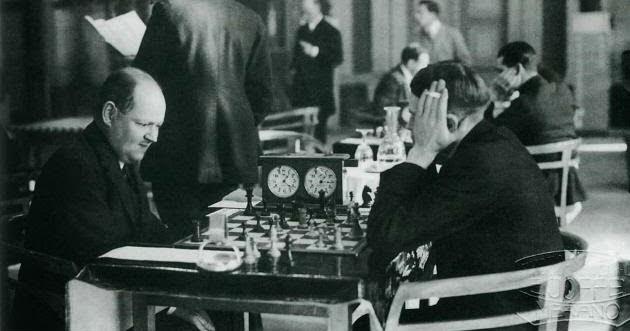 Rudolf Spielmann était  à la fois surnommé « le maître de l'attaque » et « le dernier chevalier du gambit du roi »