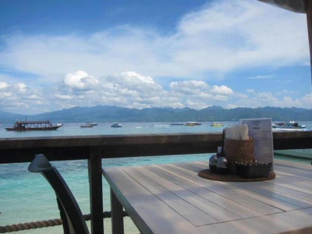 pantai hotel scallywags resort gili trawangan Lombok