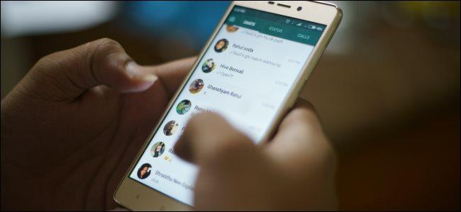 شخص يستخدم WhatsApp على هاتف جوال وتظهر علامة تبويب المكالمات.
