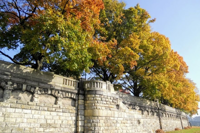 Weekend break in Krakow: stone wall and Fall foliage