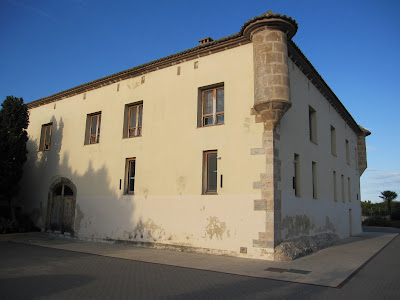 Façana oest de l'alqueria del Duc on s'aprecien les garites angulars
