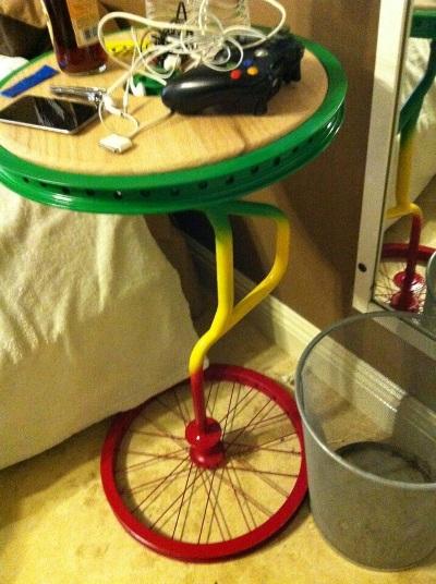 Berbagai jenis roda sepeda bisa  jadi meja yang unik
