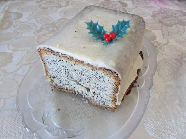 Ciasto piaskowe z makiem w polewie z białej czekolady