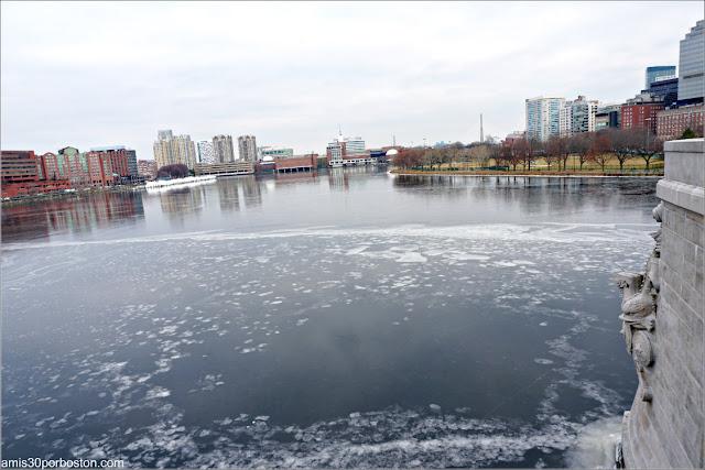 Vista del Charles River Congelado desde el Longfellow Bridge