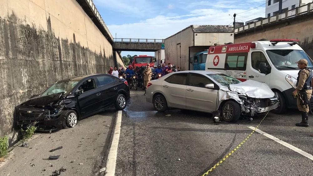 [ Vídeo ] Carro invade sentido oposto da BR-230 e acidente bloqueia trânsito, na capital paraibana