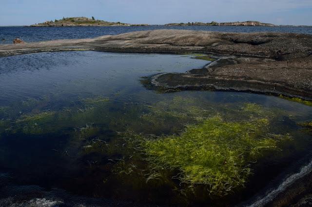 Kallioisen saaren lahti ulkomerellä aurinkoisessa säässä