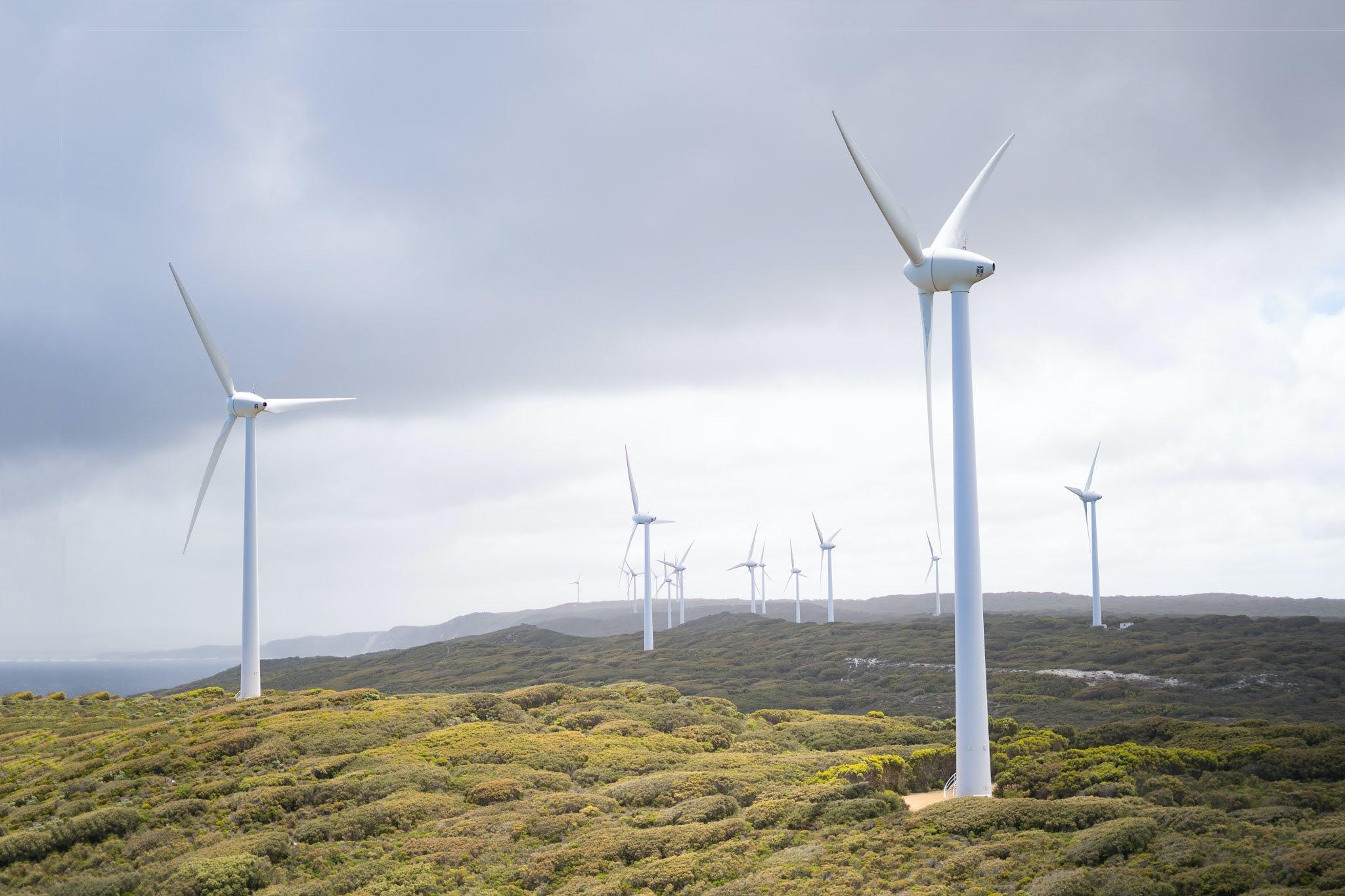 """Eine Möglichkeit um """"grüne"""" Energie zu gewinnen und lagerbar zu machen, ist es den Strom aus einem Windpark mittels Elektrolyse in Wasserstoff umzuwandeln."""