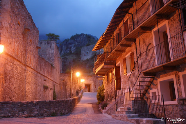 Visuale di Vinadio e delle fortificazioni di notte