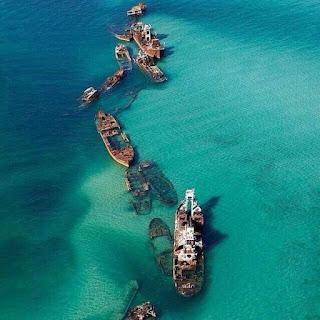 Bangkai-bangkai kapal karam di Tangalooma Island, Australia.