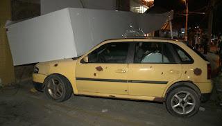Marquise desaba sobre carros em estacionamento de agência bancária