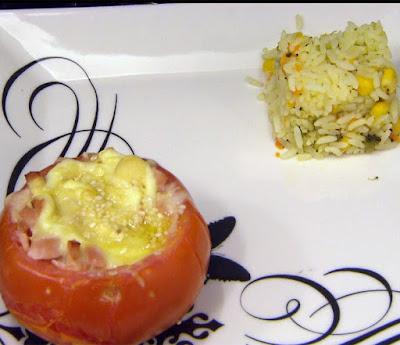 Tomates ao forno recheados com arroz colorido