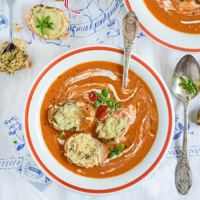 Zupa krem z pieczonych pomidorów z grzankami serowymi