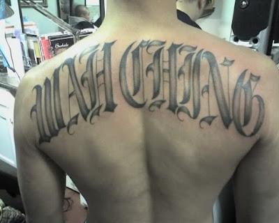 Un pandillero de Wah Ching con un tatuaje de la banda