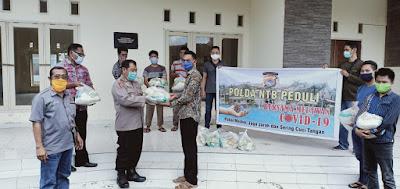 Polda NTB Salurkan 12 Paket Sembako ke Mahasiswa Sumbawa Barat