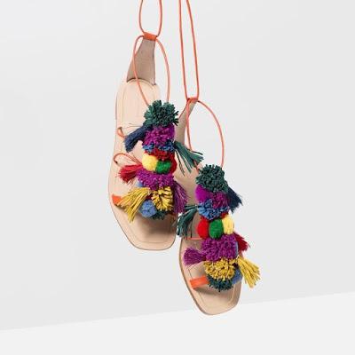 Sandalias con pompon de Zara