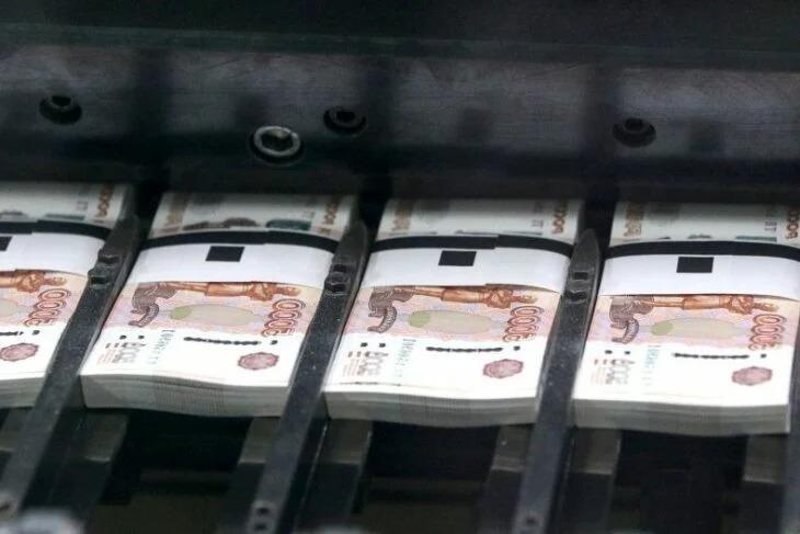 Recibe dinero por error y lo encarcelan por gastarlo