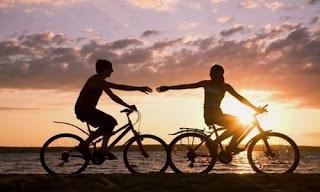 صورة عن الحب: حبيبين على العجلة